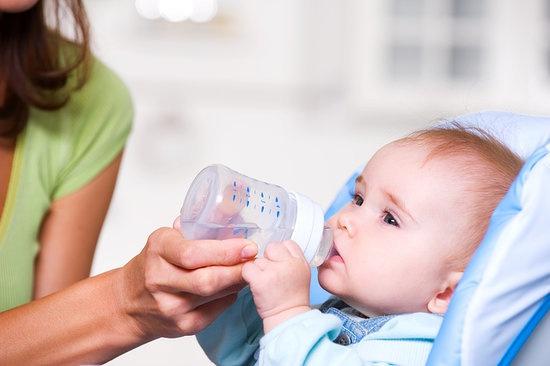 Cha mẹ nên cho trẻ uống nhiều nước để tăng cường sức đề kháng cho trẻ.