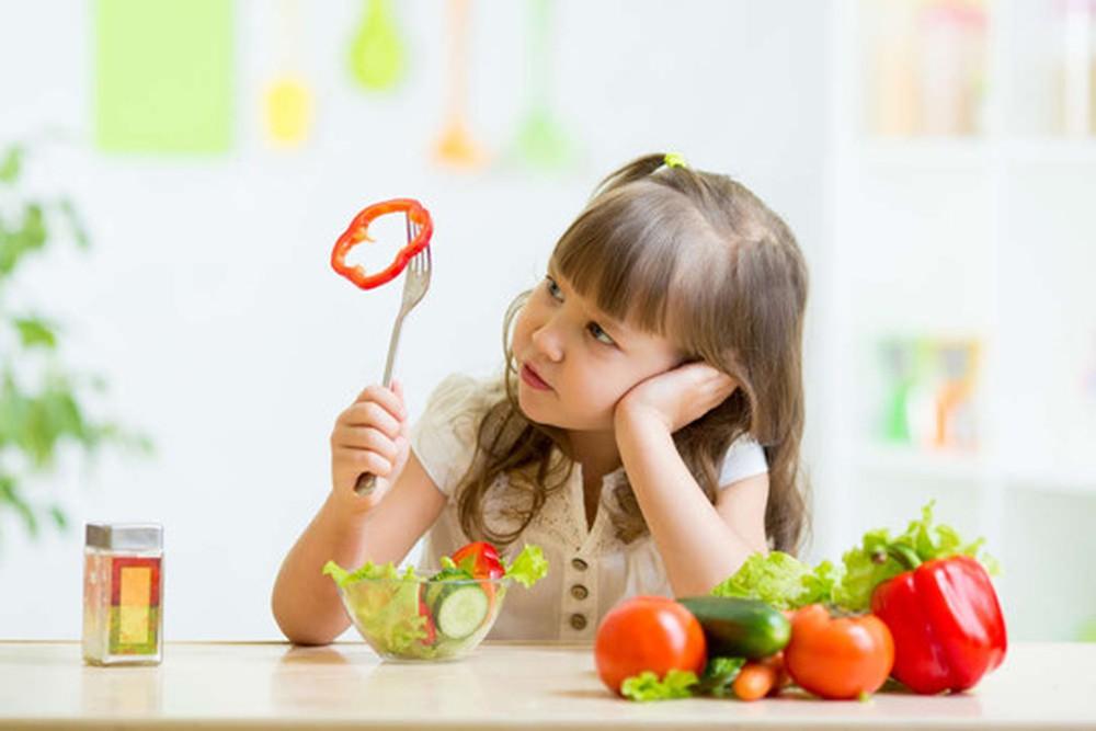 Bổ sung vitamin có thể gây độc cho trẻ khi dùng quá liều lượng nên hãy nhớ chọn các nhãn hiệu có uy tín cho con